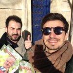 Distribution du programme d@al_rousset sous ce beau soleil avec @guit_ard Que demander de plus #Rousset2015 https://t.co/0X99z5WBlt