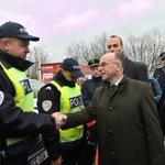 [En images] @BCazeneuve à la rencontre des forces de l'ordre #sécurité Pont de l'Europe, marché de Noël #Strasbourg https://t.co/0SPSRARj6v