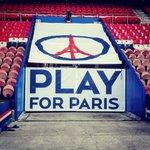 Premier match du Paris Saint-Germain au Parc des Princes après les attentats qui ont frappé Paris. Paris est debout. https://t.co/ftNJ3BcHPo