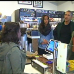 Pres Obama and daughters make their frozen pop choices, then Pop pays while daughters share. https://t.co/0a2LB89MqK