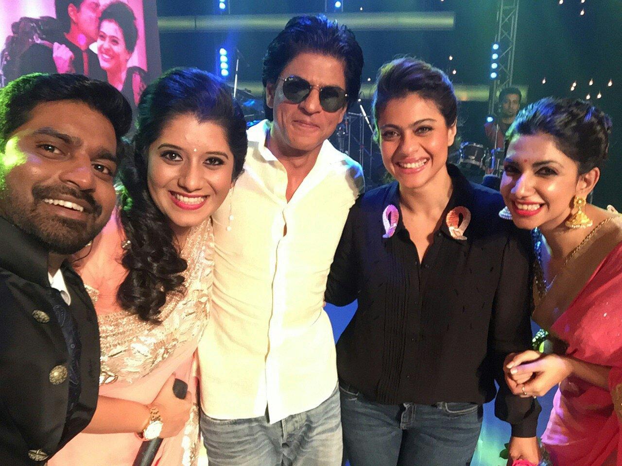 #SRKnKAJOLinSuperSinger.. 😊 #SRKinVijayTV https://t.co/mED2ZwbWlf