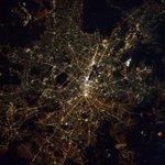 Berlin) 今日のドイツは、曇りの所が多かったですが、ベルリンだけは良く晴れていました。街の明かりの色が、半分づつ少し異なる気がするのですが、気のせいでしょうか?過去の分断のせい?ベルリンにいた方は、理由をご存じないですか? https://t.co/m60CmLyDF9