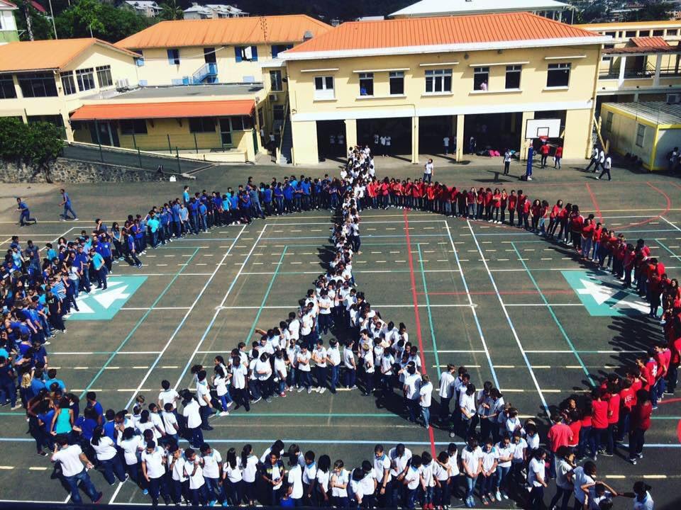 Les élèves d'un collège en #Martinique ont rendu un hommage aux victimes des attentats du 13 Nov à Paris https://t.co/OEHArlBqiZ