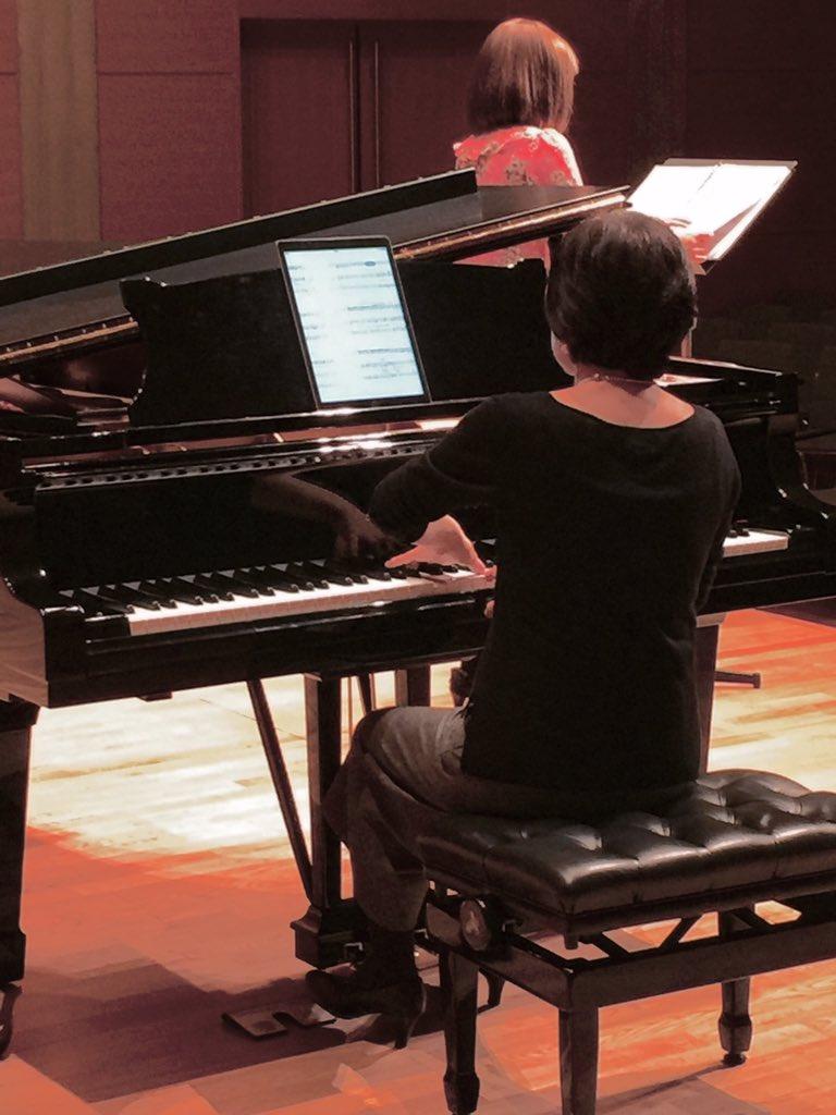 今夜18:30開演アンデパンダン展でピアノの中村和枝さん @KazueNakamura がiPad Pro + @piaScore で梶俊男作品を演奏!楽譜はiPadに表示されフットペダルを踏むことで譜めくりをします。 https://t.co/TIqLbxg9Q6