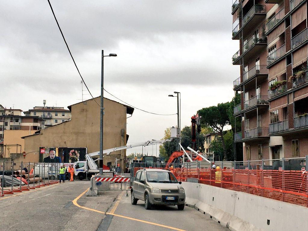 """RT @ferraro_filippo: #Tramvia #Linea2 Cantiere A2 Novoli 70: installazione lampioni provvisori; cambiamenti in vista. https://t.co/35TpQkdv…<a target=""""_blank"""" href=""""https://t.co/35TpQkdvzb""""><br><b>Vai a Twitter<b></a>"""