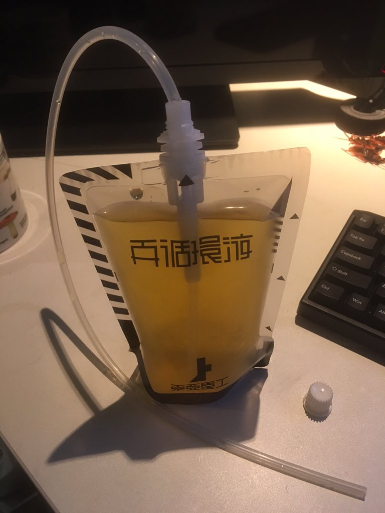 限定版に付属の水筒(チューブ付き)に緑茶を入れるとこのようになります。 https://t.co/m4gS3teind