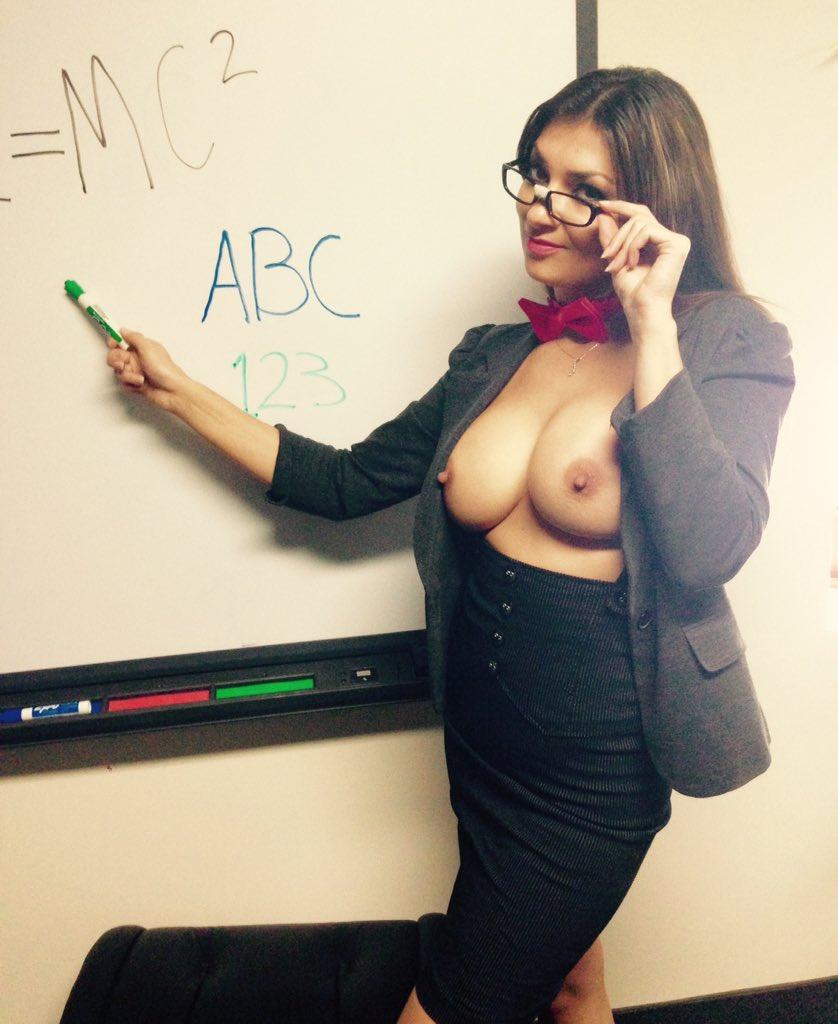 Just a day at work #sexy #nerd #geek #boobs #WednesdayWisdom  AxzIB4edVu rvq05qRdcr