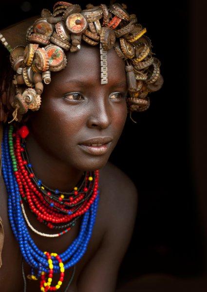 eric lafforgue hat afrikanische st mme fotografiert die aus m ll schmuck machen. Black Bedroom Furniture Sets. Home Design Ideas