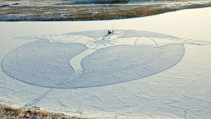 Artist Walks On Snow In Siberia All Day To Create A Great Dragon Mural https://t.co/IqXNwXYTIU https://t.co/uU3SEM1atn
