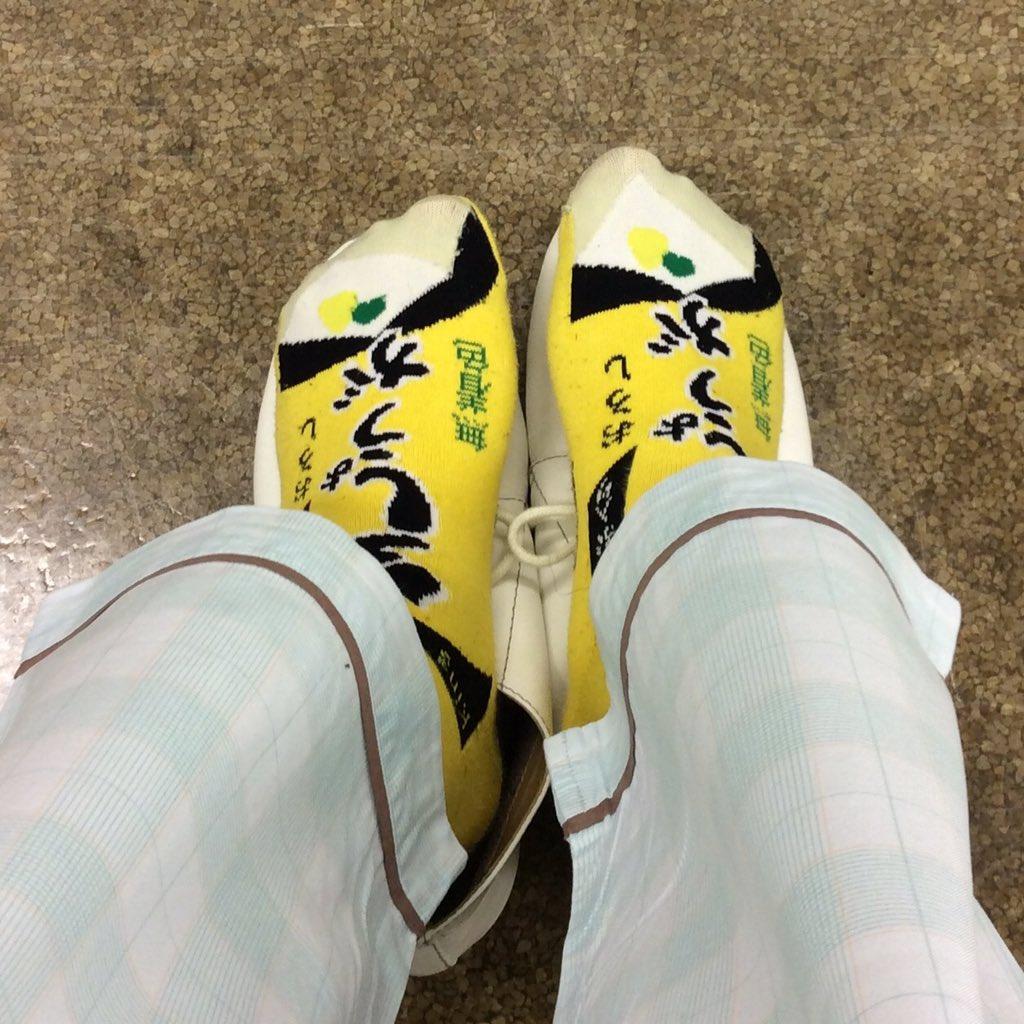 健康診断なのにうっかりいつもの靴下をはいてきてしまい、最初の身長測定の段階でもう笑われた。 https://t.co/uZ9ccdJJI7