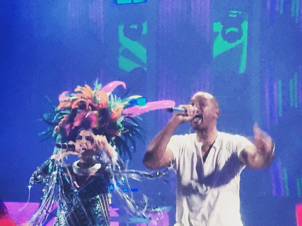 Sin palabras para describir esta emoción! Viva la vida viva la música y Colombia! Gracias #WillSmith ❤️ #LatinGRAMMY https://t.co/GfetXjDEQi