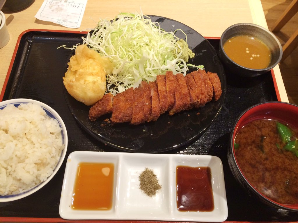 本日、ヨドバシakibaにオープンした牛カツ専門店 勝牛の実食レビュー。京都からの刺客!外側はサックサクで弾力のある赤身肉にワサビ、塩胡椒、ソースにカレー等を付ける。赤だし味噌汁、京玉天もいい仕事してる。ワサビはがっつり乗せてOK https://t.co/gkshgekCcz