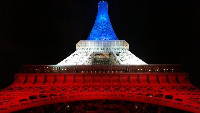 #instantané #21h20 homage aux victimes des #AttentatsParis du #13novembre #AttackParis #PeaceForParis @Paris