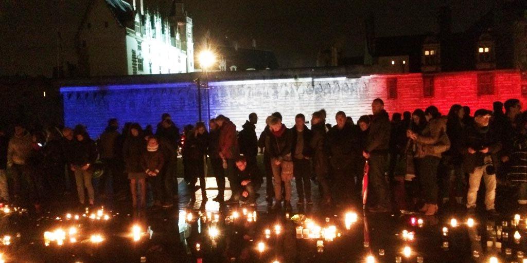 Hommage aux victimes des #AttentatsParis : Les Nantais venus très nombreux se recueillir au Miroir d'eau #Nantes https://t.co/ESooVZHhFA