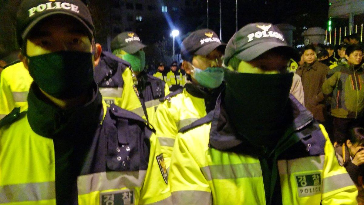 경찰은 죄다 복면과 마스크를 하고 있군요. 경찰복면금지법이 시급합니다. https://t.co/7VGvjvAhm1