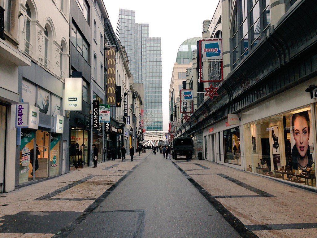 Centres commerciaux et lignes de métro fermés. #Bruxelles en état d'alerte. https://t.co/OgcVwmK5XA