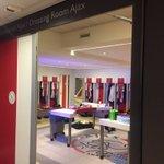 De kleedkamer van #Ajax is in afwachting van de spelers. Straks om 18:30 uur de opstelling. #ajacam https://t.co/uLRSIWbF9t