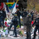 Les Black Blocs piétinant le mémorial de République ! https://t.co/erTtbF7gvb