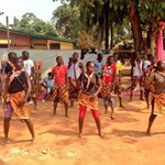 It is not all doom & gloom in Central African Republic,joyful young people dance to welcome Pope Francis #PopeInCar https://t.co/8ZPZ12E0rT