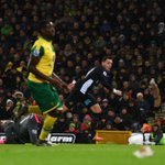 HALF-TIME Norwich 1-1 Arsenal. Grabban strikes late in the half to cancel out Ozil's well-taken opener #NORARS https://t.co/qkUq8MWHYU