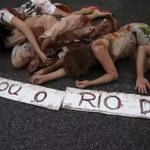 Na véspera da #COP21, manifestantes protestam pelo #RioDoce no RJ https://t.co/OLduHcS8NF #G1 https://t.co/4yVIofdZWp