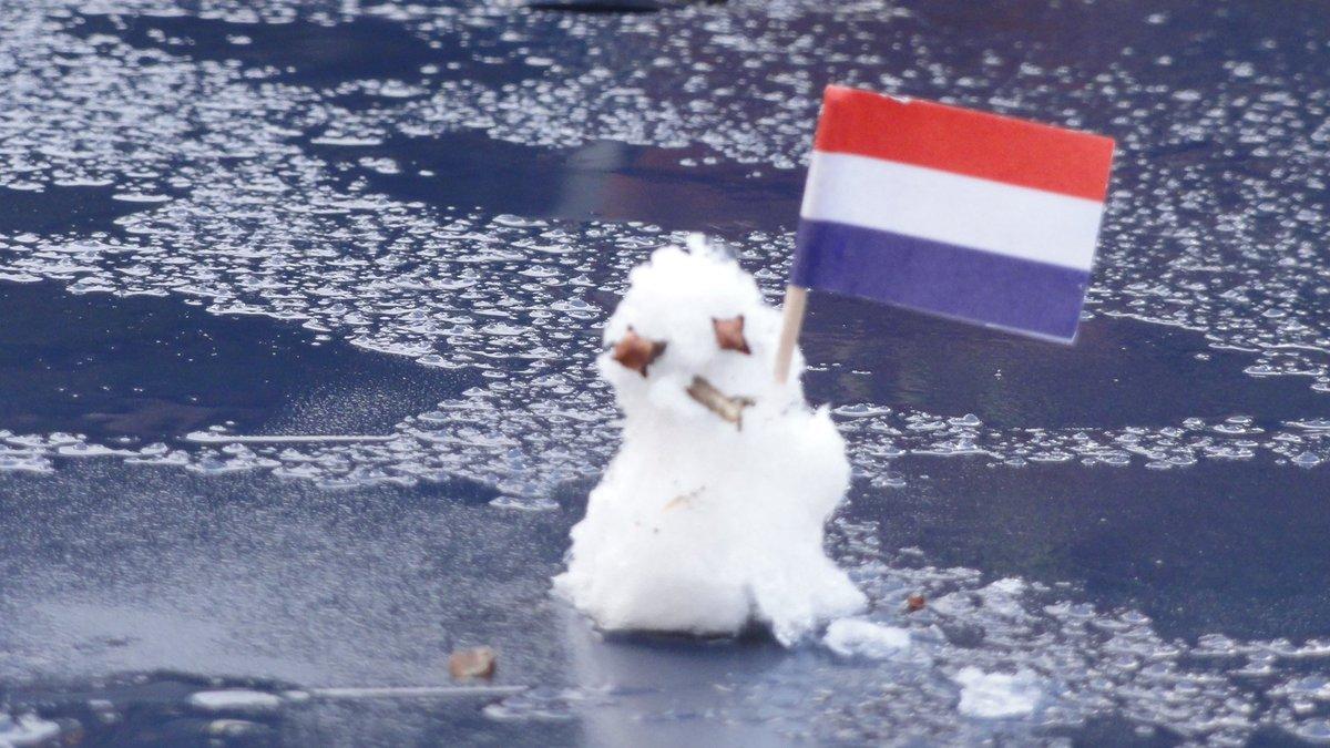Eerste #sneeuwpop van het seizoen in Putten! (3 cm). Foto: Theo van Dalen https://t.co/CU9js1KbnZ