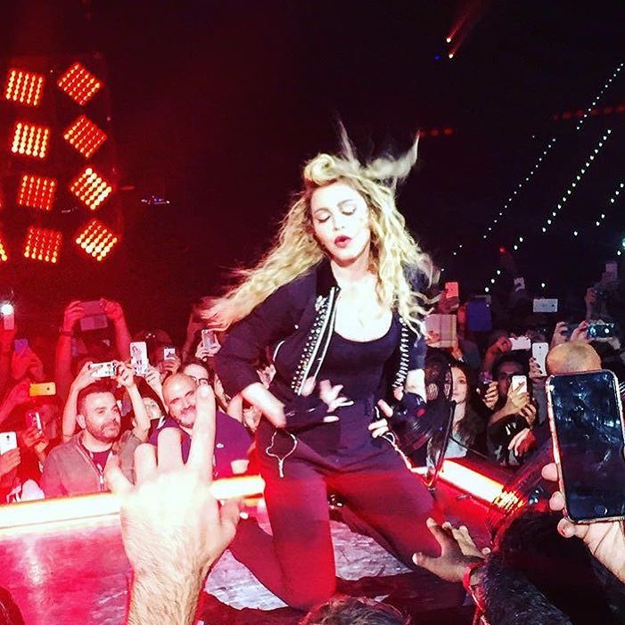 Cooling. Off in front on my fans in Turino‼️ The Arena was H????O????T! ❤️ #rebelhearttour https://t.co/JLW83J37OB