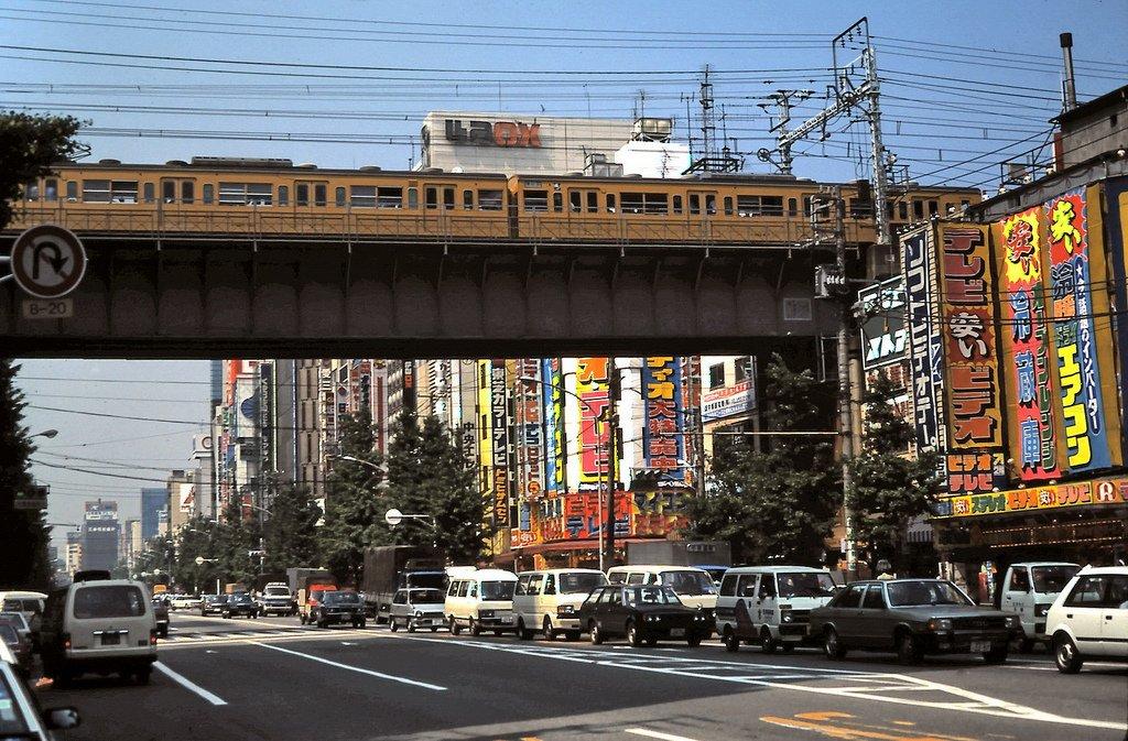 『グラディウス』が登場した1985年の電気街らしいです。むしろ外国の人の方が日本文化を珍しがって写真撮りまくった分、日本よりも昔の日本の記録が残ってる説。 https://t.co/Nqm0HVHNE3 https://t.co/mUKH2mMe5X