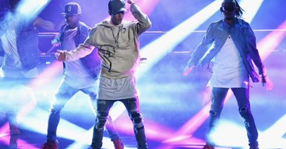 Watch Justin Bieber sing in the rain during #AMAs finale https://t.co/64UOEsBVDw https://t.co/9mkWqEPunm