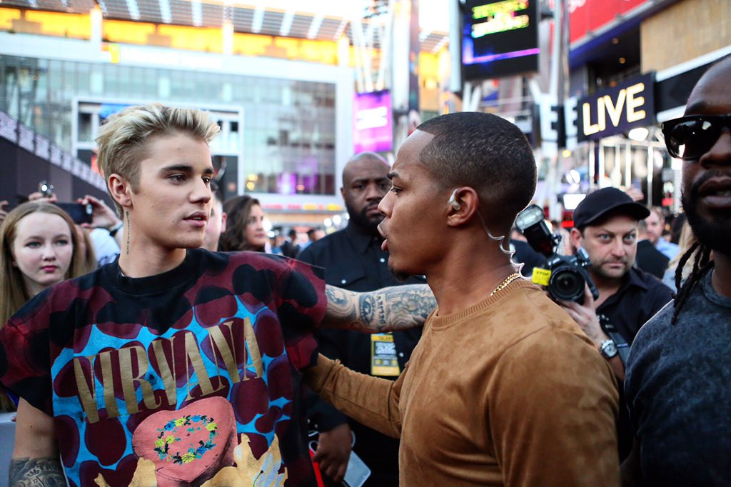 Myself and @justinbieber on the red carpet @TheAMAs https://t.co/o3Y8VpxhgV https://t.co/f4hoV74zyB