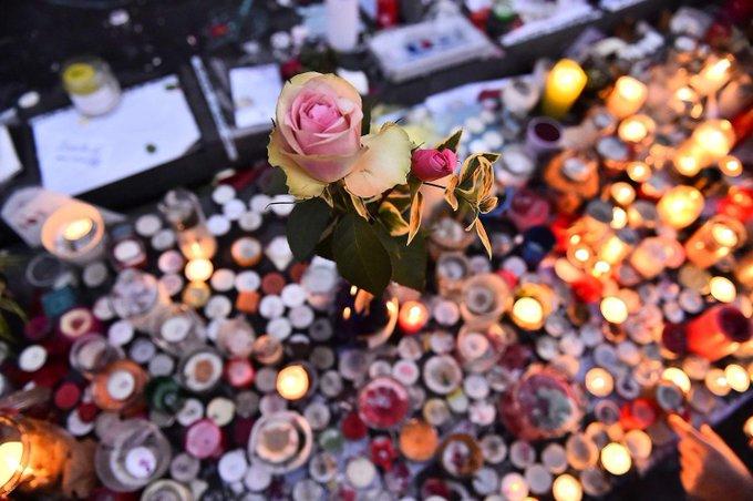 #EnMémoire 'Le Monde' publie les portraits des 130 personnes tuées le #13novembre https://t.co/iVAmugRRwM