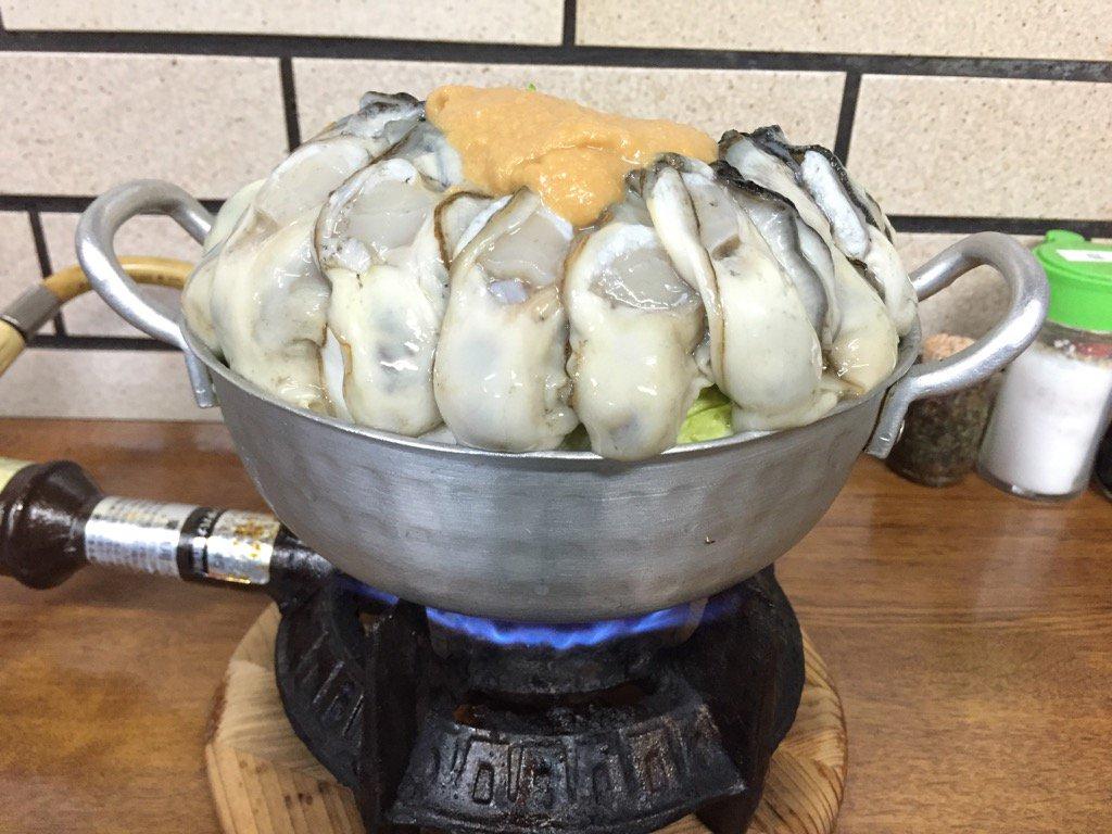 カキみそ鍋を頼んだら、すごいビジュアルの鍋がきた。これで1,100円⁉︎ https://t.co/TpexjAaXl6