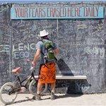 في نيڤادا حائط يقوم فيه الناس بتفريغ همومهم وكتابة مايخشونه،ليتم تنظيفه آخر كل يوم كإشارة أن الخوف والهم يمكن إزالته https://t.co/3VguvqZTCe