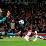 HT: Arsenal 2-0 Dinamo Zagreb Goals from Alexis Sanchez and Mesut Ozil. #UCL https://t.co/0o1yX2CSjQ
