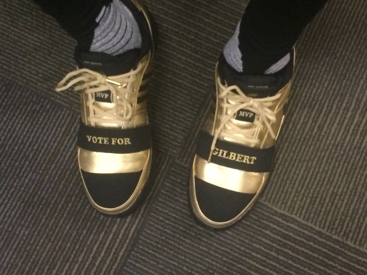 Nick Young borrowed his game shoes tonight from Gilbert Arenas. Said he rummaged through Gil's closet yesterday. https://t.co/XjoqLdpmro
