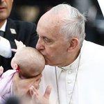 ¿Curada por el papa? Una niña afectada por un tumor mejora tras un beso de @Pontifex_es ► https://t.co/UFSRUUJgZ4 https://t.co/tcaVxHIENj