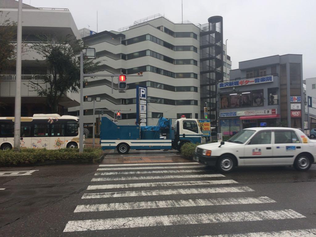 武蔵交差点を見たこと無い警察車両がサイレン鳴らして金沢駅方面に走って行った。RTの爆発物処理用か? https://t.co/HKgpew8wjo