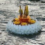 พระประทีปของในหลวง-พระราชินีฯ กลางแม่น้ำเจ้าพระยา ท่าน้ำรพ.ศิริราช เนื่องในวัน #ลอยกระทง 25 พ.ย. 58 #ไทยรัฐ https://t.co/DhjqmC6pIP
