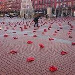 La plaza Mayor de #Valladolid se llena de zapatos rojos. Todos juntos gritamos #NoalaViolenciadeGénero https://t.co/770Q06Uo40