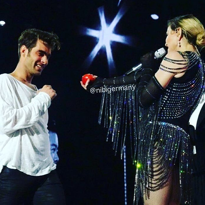 Playing the Adam and Eve game‼️ My lovely UNAPOLOGETIC BITCH ‼️Jon Kortajarena???? Thank You!! ❤️ #rebelhearttour https://t.co/7f2eAJnJbK