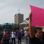Se manifiestan comerciantes de #Obregón tras operativo en la zona bloquean Macrobus @PoliciaGDL @retioGDL https://t.co/ub5wpahg4W