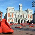 Zapatos rojos toman la Plaza Mayor de #Valladolid para decir #NoalaViolenciadeGenero. https://t.co/DZ9zIz31QQ https://t.co/EQKdSCOIIq