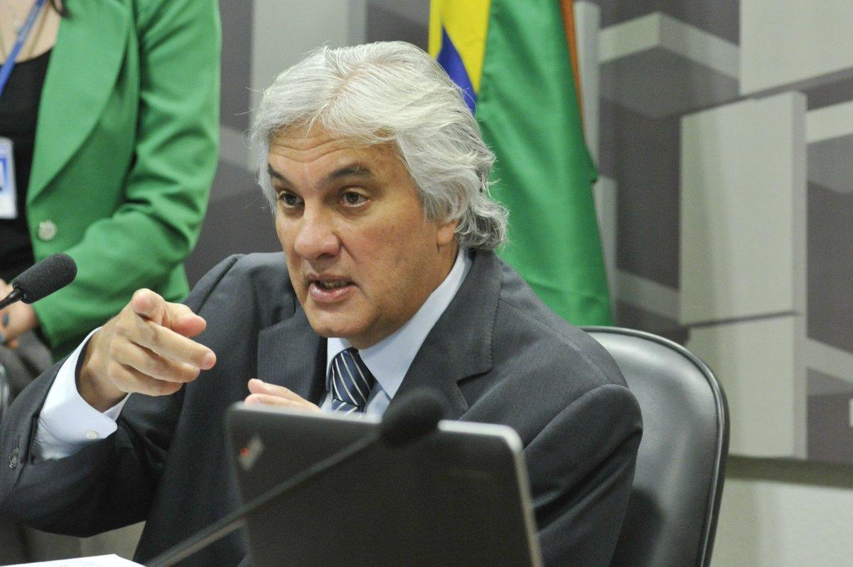 Delcídio Amaral é preso acusado de tentar obstruir investigações da Operação Lava Jato https://t.co/DlCq2Llktr https://t.co/lbVDOkXwrv