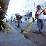 Trabajadores de la ciudad limpian las calles de Obregón después del operativo #RecuperandoGDL #Obregón https://t.co/XTrsAKJ63U