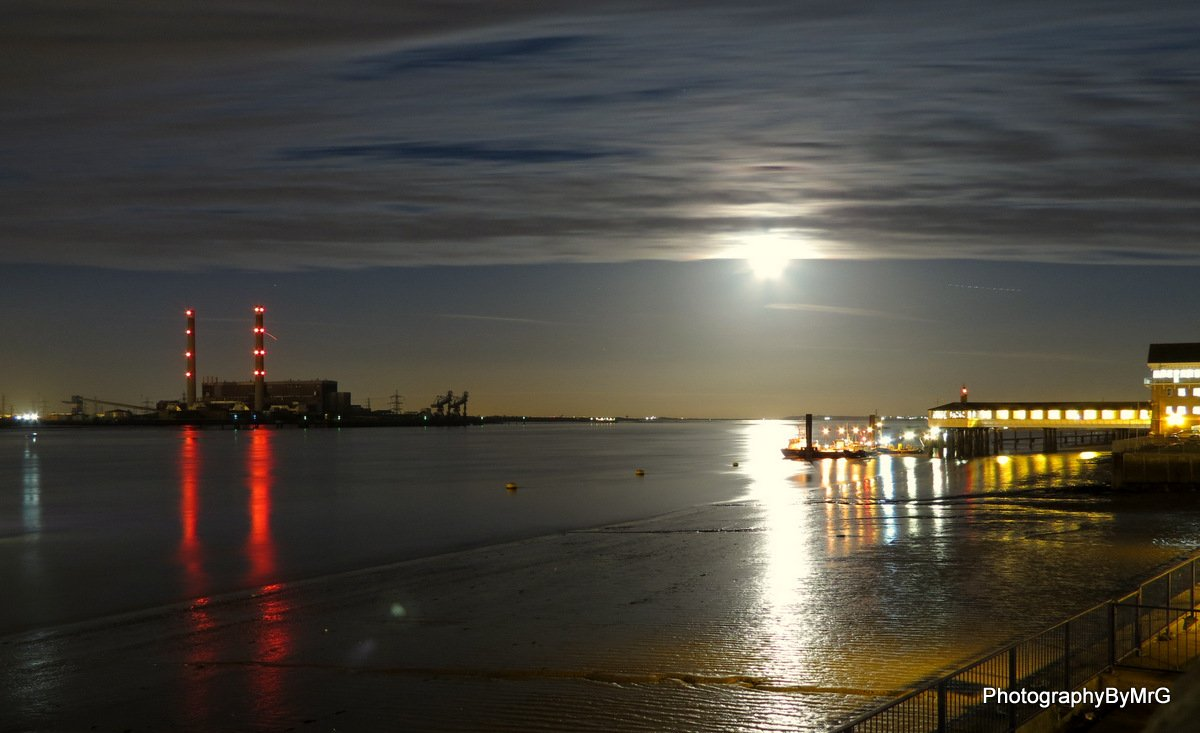 Moonrise tonight over the Thames at Gravesend @LondonPortAuth @GravesendRNLI https://t.co/s6cuf9cMqa