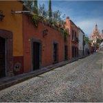 Camina por las calles de #SanMiguelDeAllende y descubre una de las ciudades más bellas #México https://t.co/uwIxnoPy6J
