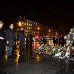 Stilles Gedenken: Kanzlerin #Merkel mit Präsident @fhollande, Place de la Republique in Paris. #NousSommesUnis https://t.co/n9gD9rEd9s