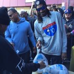 Hey man @SnoopDogg really just bought turkeys for the whole Eastside. #LBlove #respect P/c: @Carrphotos https://t.co/5upD9mybON