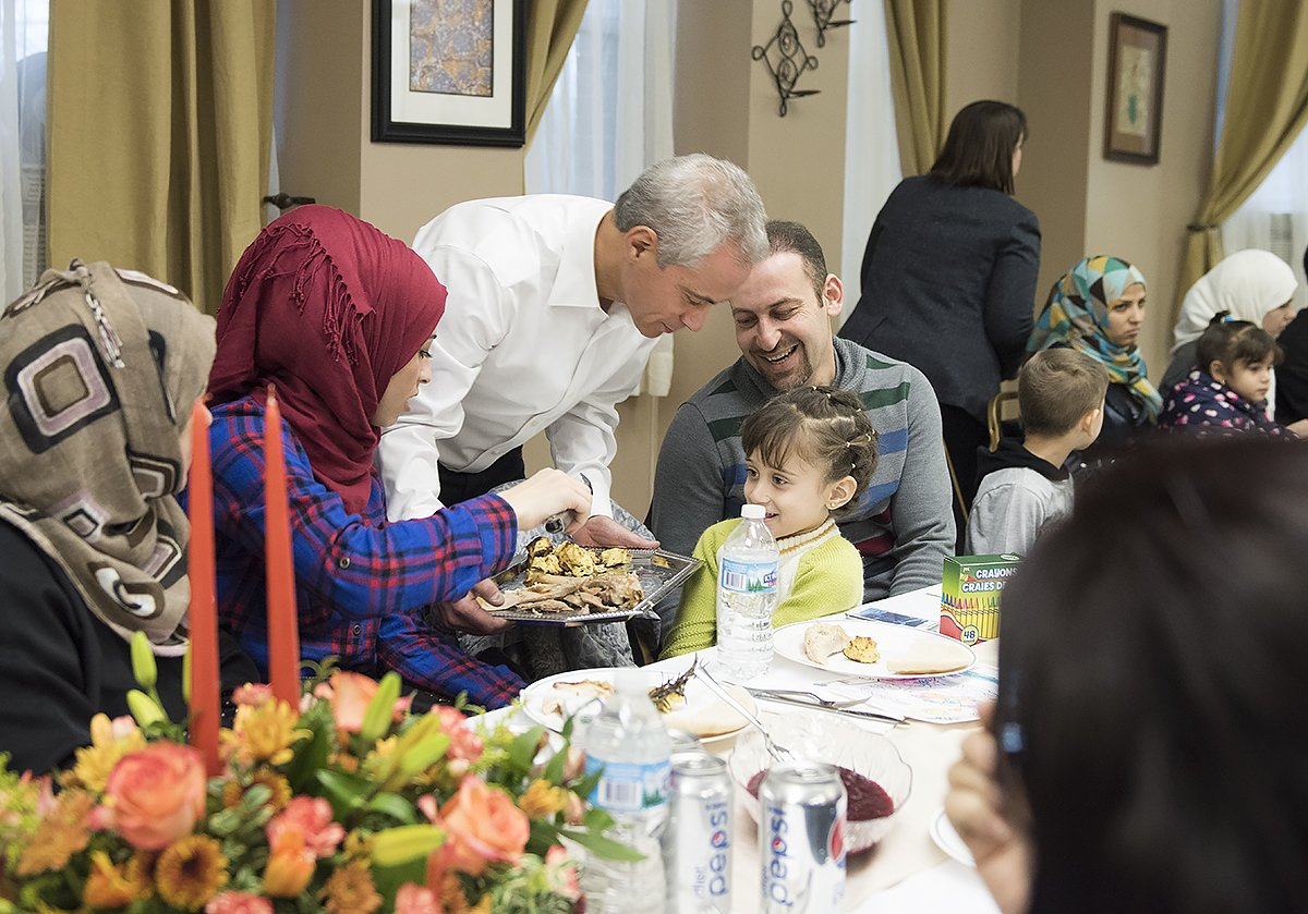 Tonight the Mayor welcomed Syrian refugees to Chicago in the most American way, serving them Thanksgiving dinner. https://t.co/hngpS8oHXC