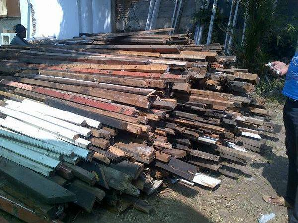Terima jual beli kayu bekas,semua jenis kayun,balok,papan,kayu kamper,meranti,kompas dll 081311101145/08170058892 https://t.co/uoqqR7bMsC
